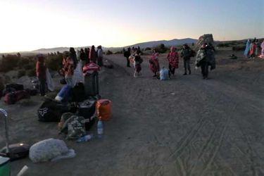 Ciudadanos bolivianos demandan retorno a su país y se enfrentan con militares en la frontera con Chile