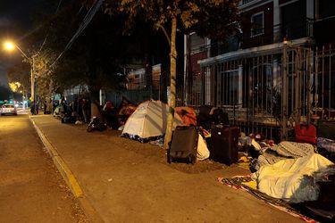 Ciudadanos bolivianos acampan frente a consulado en Chile esperando gestiones para regresar a su país