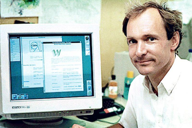 Tim Berners-Lee frente a una computadora