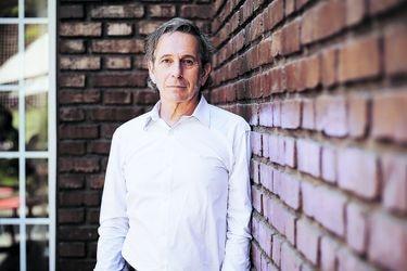 """Alfredo Castro: """"Los teatros chilenos estamos en la ruina"""""""