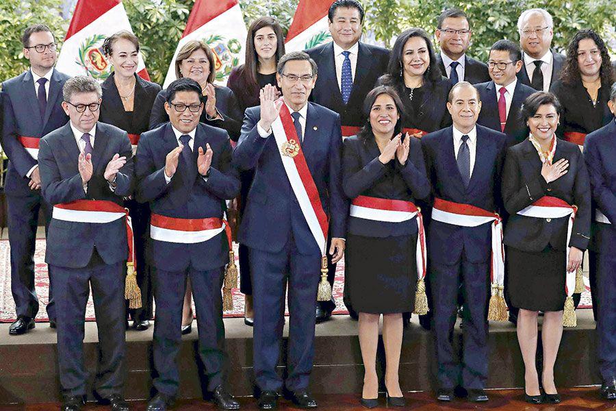 Nuevo-gabinete-de-ministros-jura-cargo-en-Perú-(46922192)