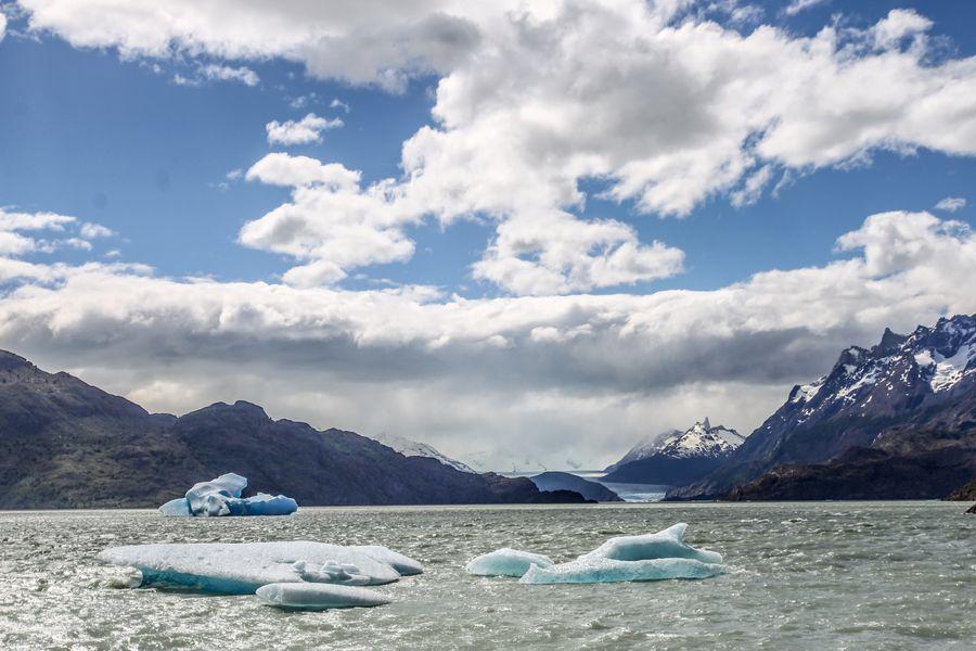 MAGALLANES : Gran iceberg desprendido  del glaciar Grey