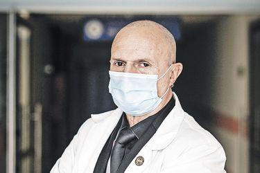 """Rodolfo Santander, jefe de Unidad de Paciente Crítico de ex Posta Central: """"Si es necesario instalar un hospital de campaña en  calle Portugal, lo haremos"""""""