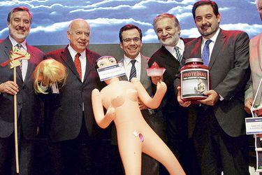 """""""Artículo para adultos"""": Ministro de Economía declara muñeca inflable como regalo oficial"""