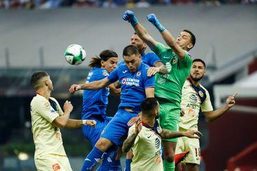 Lichnovsky vive una noche negra en derrota del Cruz Azul