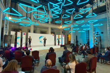 Negociación desde 2017 y pasajes cancelados a última hora: El backstage de la millonaria inversión de Microsoft en Chile