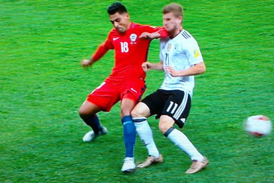 Revisa la jugada por la que Gonzalo Jara se pudo ir expulsado - La Tercera
