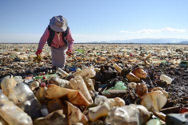 Bolivia | Cientos de personas se unen para limpiar el contaminado lago Uru Uru