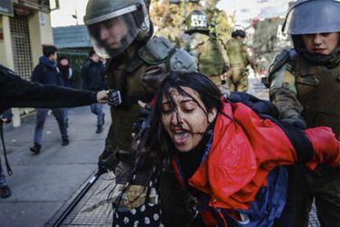 Denuncian agresión de carabinera a mujer en el Instituto Nacional
