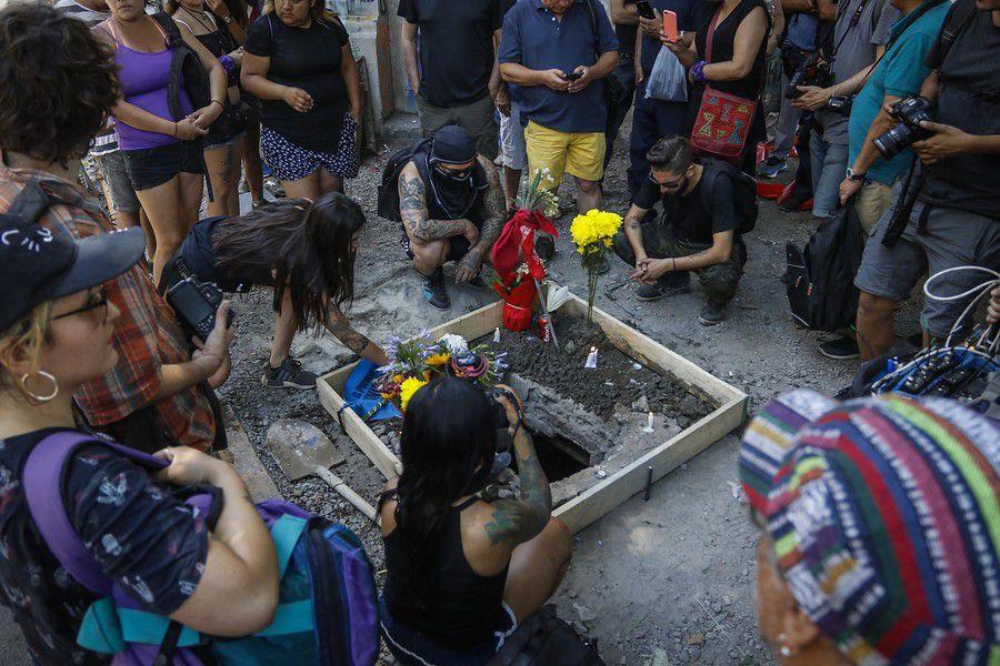 Un grupo de personas, llegan con flores y le rinden un homenaje al manifestante que falleció electrocutado Mauricio Fredes, al caer a una fosa, cerca del sector de Plaza Baquedano.