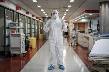 En las entrañas del virus: el extenuante trabajo de los equipos de salud en dos de las clínicas con más casos en Santiago