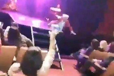 Momento en que cantante argentino sufre grave caída en pleno concierto