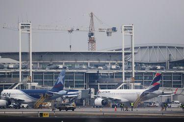 Tráfico aéreo de pasajeros en el aeropuerto de Santiago corta en enero siete meses de recuperación
