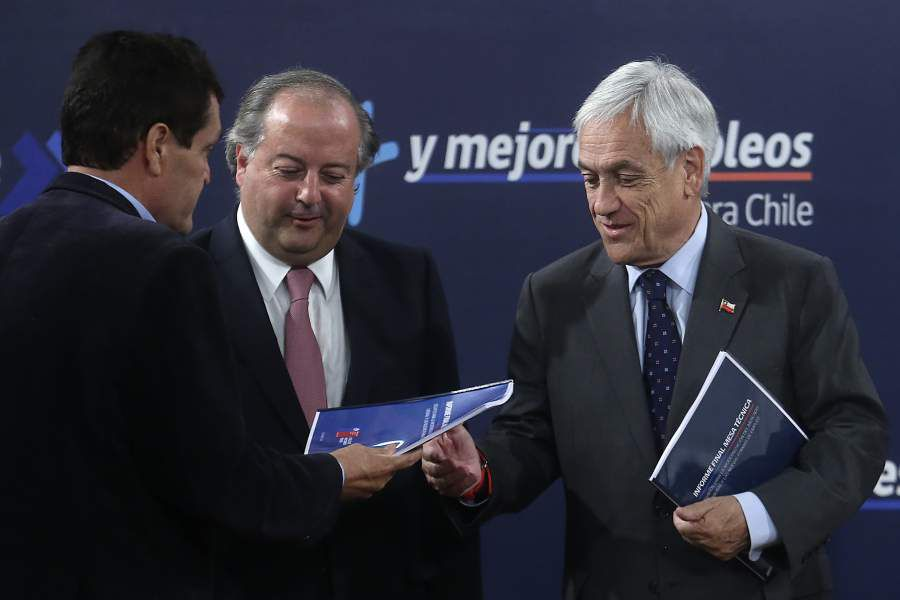 Sebasti‡n Pi–era recibe el informe con las conclusiones y propuestas en materia laboral de las mesas tŽcnica y sindical
