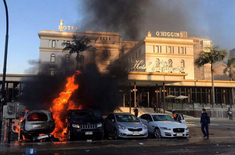 VIÑA DEL MAR: Queman autos fuera del Hotel O´Higgins