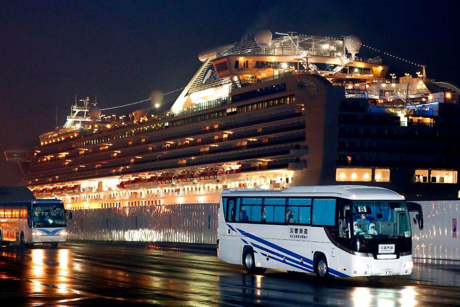 Buses trasladan a pasajeros estadounidenses desde el 'Diamond Princess' (AP)