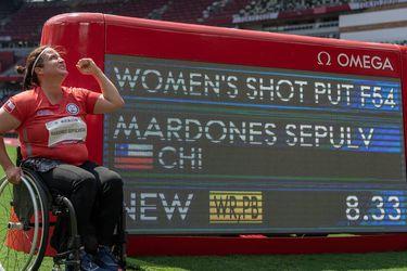 Francisca Mardones posa con la pantalla que muestra su récord mundial con el que aseguró la medalla de oro. Una actuación épica en Japón.