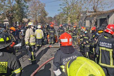 Bomberos controla incendio en cité de Estación Central:  los contagiados de Covid-19 entre los damnificados, fueron aislados