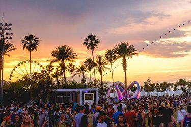 Coachella_2014_sunset_with_balloon_chain_and_Lightweaver-970x350