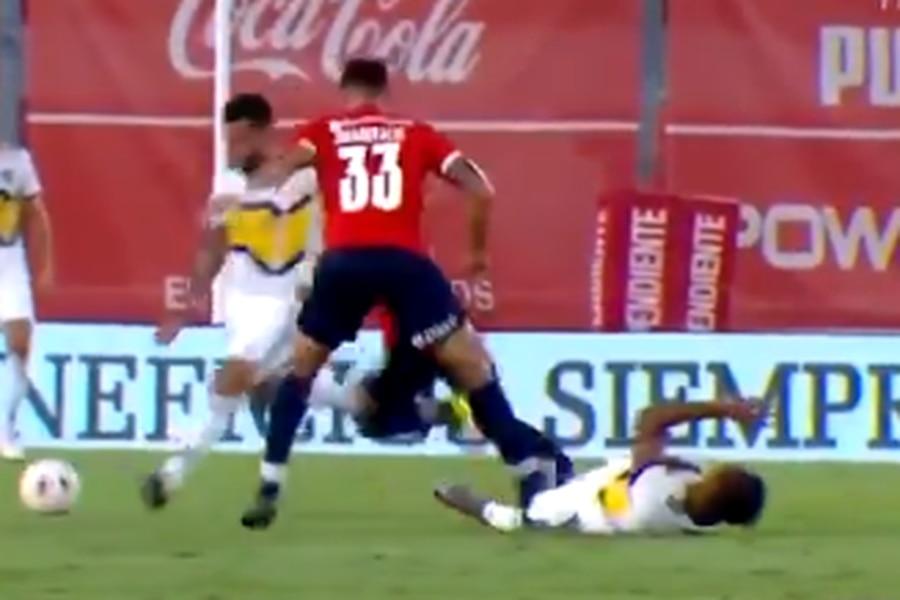 Juan Manuel Insaurralde pisa a Villa de Boca Juniors