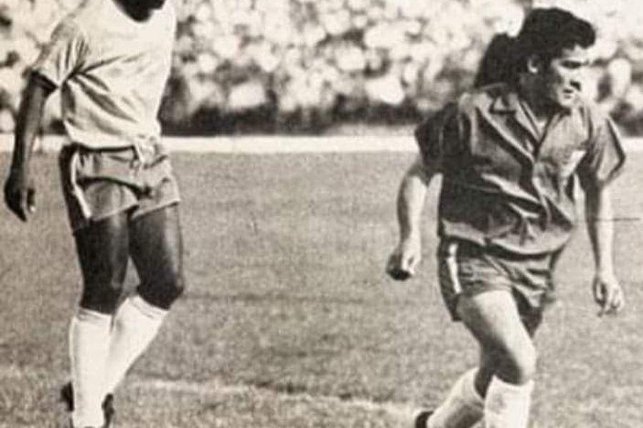 Juan Rodríguez Vega enfrentando a Pelé.