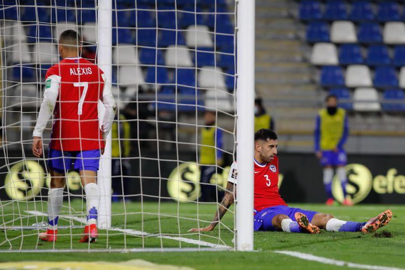 Alexis Sánchez y Guillermo Maripan reflejan la desazón de Chile tras el empate ante Bolivia, por las Eliminatorias, en San Carlos de Apoquindo.