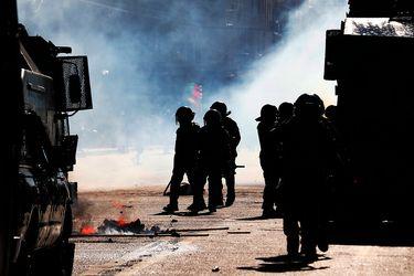 """Absuelven por pruebas """"insuficientes"""" a imputado por fabricación de molotovs durante estallido social y jueces sostienen que registro policial aparece """"modificado o alterado"""""""