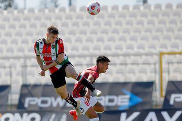 Bruno Barticcioto, hijo del exjugador de Colo Colo, cabecea durante el partido entre Palestino y Deportes Antofagasta. Foto: AgenciaUno.
