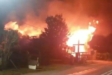 Bomberos procede para controlar fuego en iglesia de Padre Las Casas