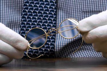 Subastan lentes de Gandhi por más de 340 mil dólares