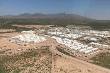 Gobierno de EE.UU. muestra base militar que aloja a evacuados afganos