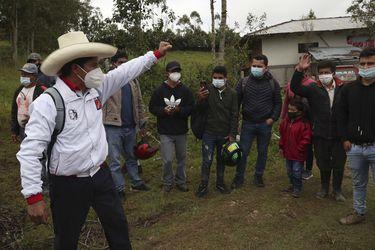 Primer sondeo tras primera vuelta en Perú: Pedro Castillo saca 11 puntos de ventaja a Keiko Fujimori y mercado local se desploma
