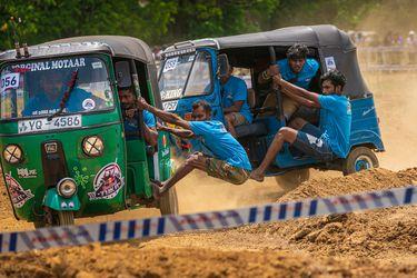 Las carreras de motitos de tres ruedas están muy de moda en Sri Lanka