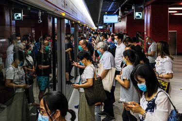 Hong Kong vuelve a endurecer medidas restrictivas tras constatar 50 nuevos casos de coronavirus