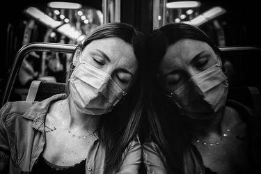 La brecha de género en salud mental se agudiza: Mujeres presentan más temor a perder el empleo, insomnio, endeudamiento y soledad