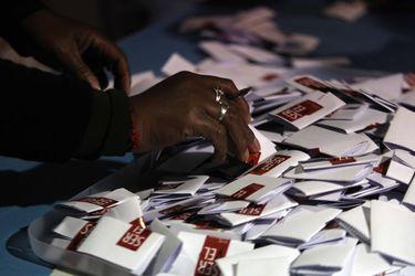 Las larguísimas papeletas de votación que pueden enredar el desenlace de los comicios de abril (y cómo el Servel busca resolverlo)