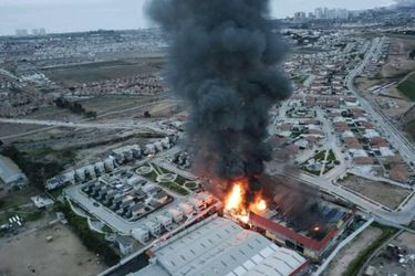 Gran incendio afecta fábrica de colchones en Coquimbo: 200 personas fueron evacuadas
