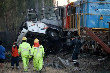 Al menos dos personas mueren tras impacto de tren de carga con minibús de trabajadores agrícolas en cruce ferroviario de la comuna de Cabrero