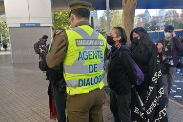 """Qué rol cumplen los """"agentes de diálogo"""" de Carabineros que se vieron en la protestas de aniversario del 18-O"""
