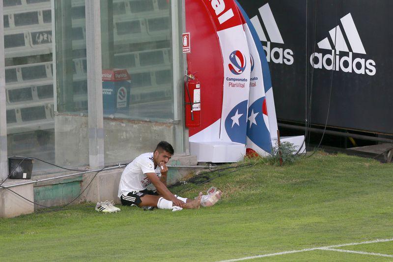 Felipe Campos se lamenta tras sufrir una lesión en el empate sin goles entre Colo Colo y Unión La Calera, en el estadio Monumental. Foto: AgenciaUno.