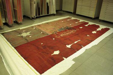 Un año cosiendo la historia: así restauraron la bandera que sobrevivió al bombardeo de La Moneda