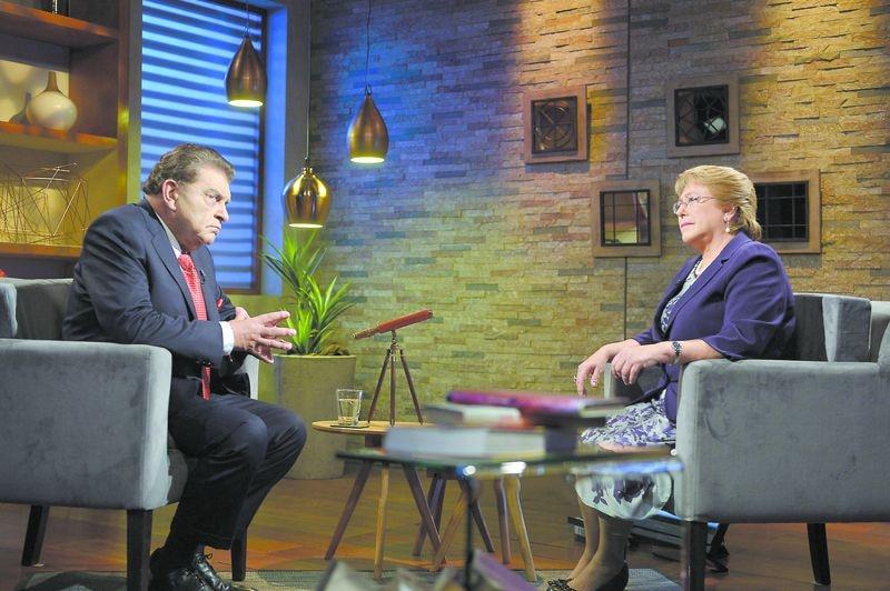 La expresidenta, Michelle Bachelet, durante una entrevistada con Mario Kreutzberger , en 2015.