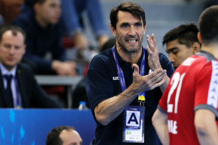 Mateo Garralda da instrucciones a los jugadores.