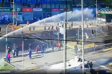 Carabineros interviene en desórdenes públicos en plena Alameda