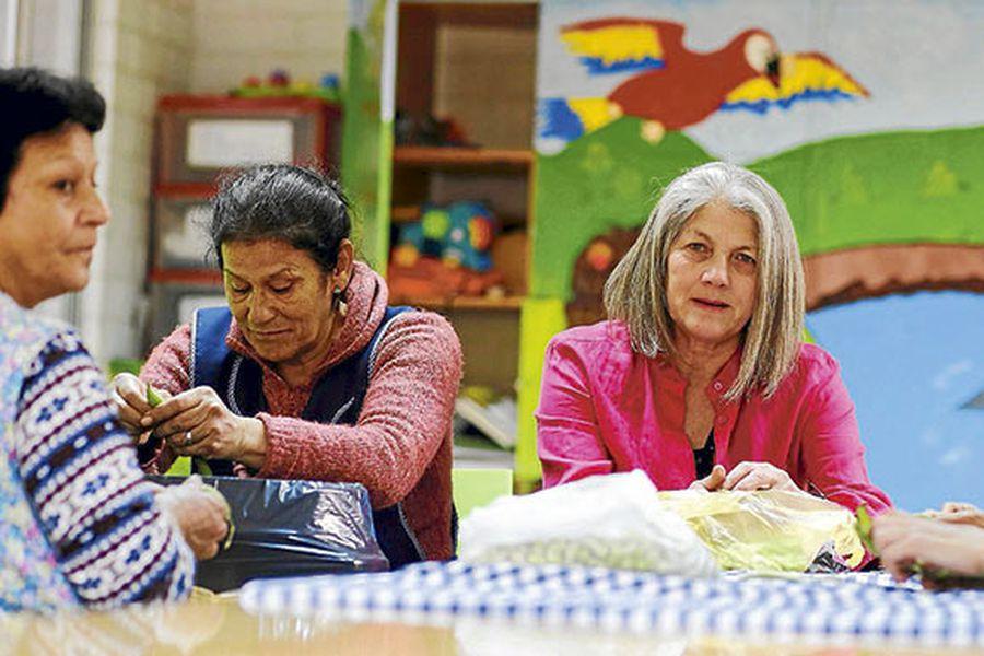 Popa Ramírez al centro de la imagen junto a funcionarias de la Fundación Amigos de Jesús.