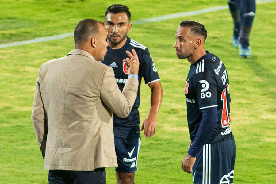 Marcelo Cañete recibe instrucciones de Dudamel.