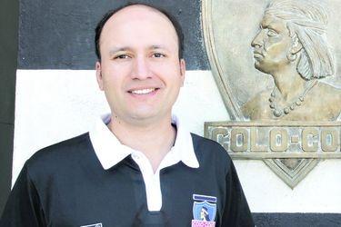 Edmundo Valladares posa junto a la insignia de Colo Colo. FOTO: Prensa CSD Colo Colo.