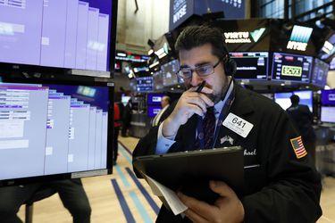 Mercados caen ante aumento de contagios por Covid-19 en Europa y reportes de delitos bancarios