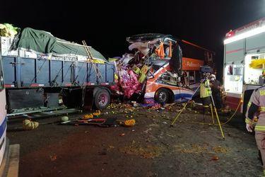 Aumentan a siete los fallecidos por choque entre bus y camión en Chañaral
