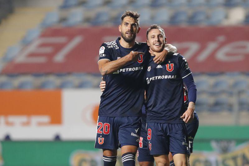 Joaquín Larrivey y Ángelo Henríquez celebran tras el 1-0 de la Universidad de Chile ante Santiago Wanderers. FOTO: Agencia Uno.